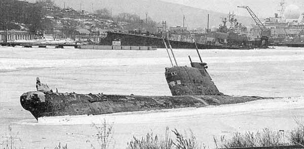выброшенная подводная лодка